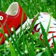赤スニーカーが最高におしゃれ!メンズコーデとおすすめブランド教えちゃる!